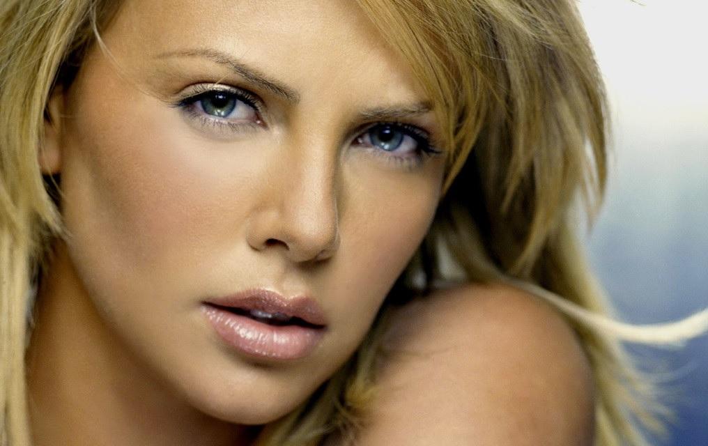 Очень красивый взгляд очаровательной брюнетки Lydia A